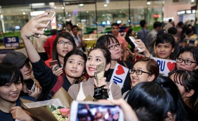 Chi Pu 'khoe' cúp tại sân bay bên rất nhiều người hâm mộ