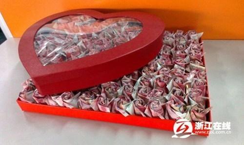 Hộp quà chứa 999 bông hoa hồng gấp bằng tờ 200 NDT (tổng số tiền tương đương 700 triệu đồng) là một món quà Valentine sang chảnh mà một thiếu gia nhà giàu ở Trung Quốc tặng người yêu mình và chính thức ngỏ lời cầu hôn. Ảnh: ChinaDaily.