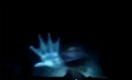 Bàn tay kỳ lạ xuất hiện cạnh tàu ngầm