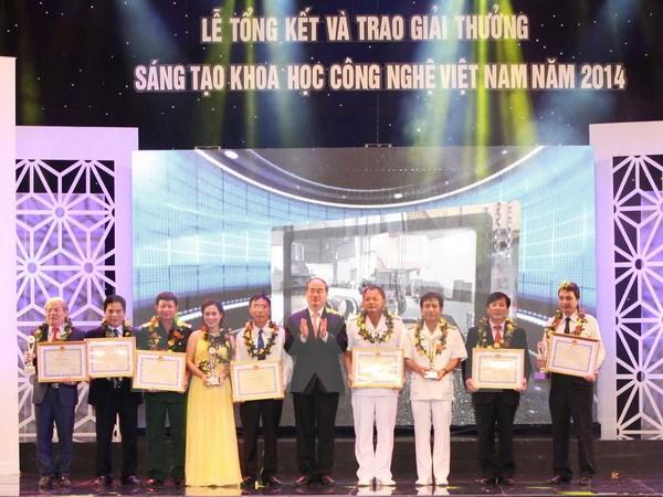 Chủ tịch Mặt trận Tổ quốc Việt Nam Nguyễn Thiện Nhân trao Giải nhất giải thưởng Sáng tạo khoa học công nghệ Việt Nam năm 2014. (Ảnh: Anh Tuấn