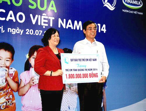 Bà Phạm Thị Hải Chuyền Bộ trưởng Bộ Lao động – Thương binh và Xã hội, đại diện Quỹ Bảo trợ trẻ em Việt Nam thuộc Bộ LĐTB&XH trao tặng 1,6 tỷ đồng cho trẻ em có hoàn cảnh khó khăn, gia đình chính sách của tỉnh Quảng Trị trong năm 2014