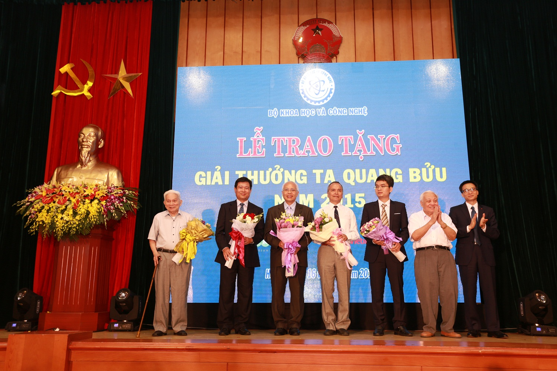 Phó Thủ tướng Vũ Đức Đam cùng với GS Hoàng Tụy, GS.VS Nguyễn Văn Hiệu chúc mừng các nhà khoa học nhận Giải thưởng Tạ Quang Bửu 2015