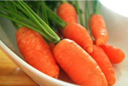 Cà rốt chứa nhiều beta carotin, vitamin B9, carotene và vitamin B1, vitamin B2, vitamin C