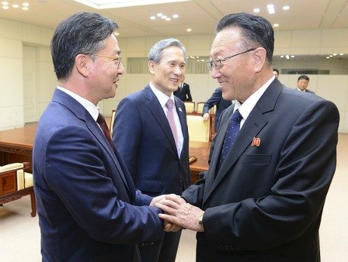 Bộ trưởng Thống nhất Hàn Quốc Hong Yong-pyo (trái) bắt tay với Trưởng ban Mặt trận thống nhất trung ương Triều Tiên Kim Yang-gon sau khi đạt được thỏa thuận