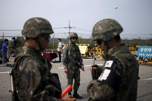 Binh sĩ Hàn Quốc tại đường dẫn vào làng đình chiến Bàn Môn Điếm thuộc Khu phi quân sự ngày 24/8 trong bối cảnh căng thẳng liên Triều dâng cao