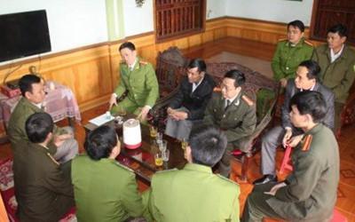 Lãnh đạo Công an tỉnh Nghệ An thăm, động viên và trao tiền hỗ trợ cho nạn nhân