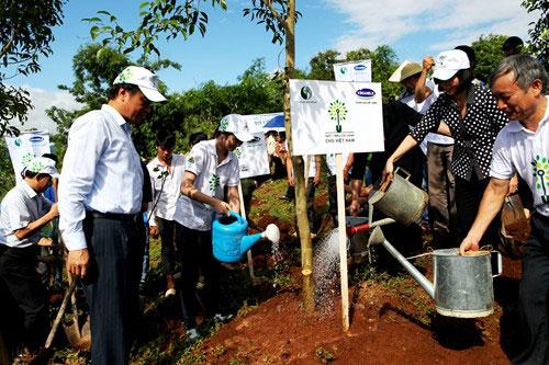 Đại diện lãnh đạo các bộ, ban, ngành, lãnh đạo địa phương và Vinamilk cùng tham gia trồng cây với Quỹ 1 triệu cây xanh cho Việt Nam tại Điện Biên.