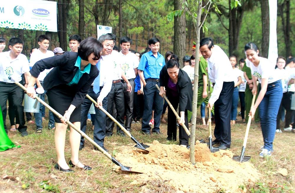 Các đại biểu của chương trình Quỹ 1 triệu cây xanh cho Việt Nam cùng trồng cây tại ngã Ba Đồng Lộc, Hà Tĩnh