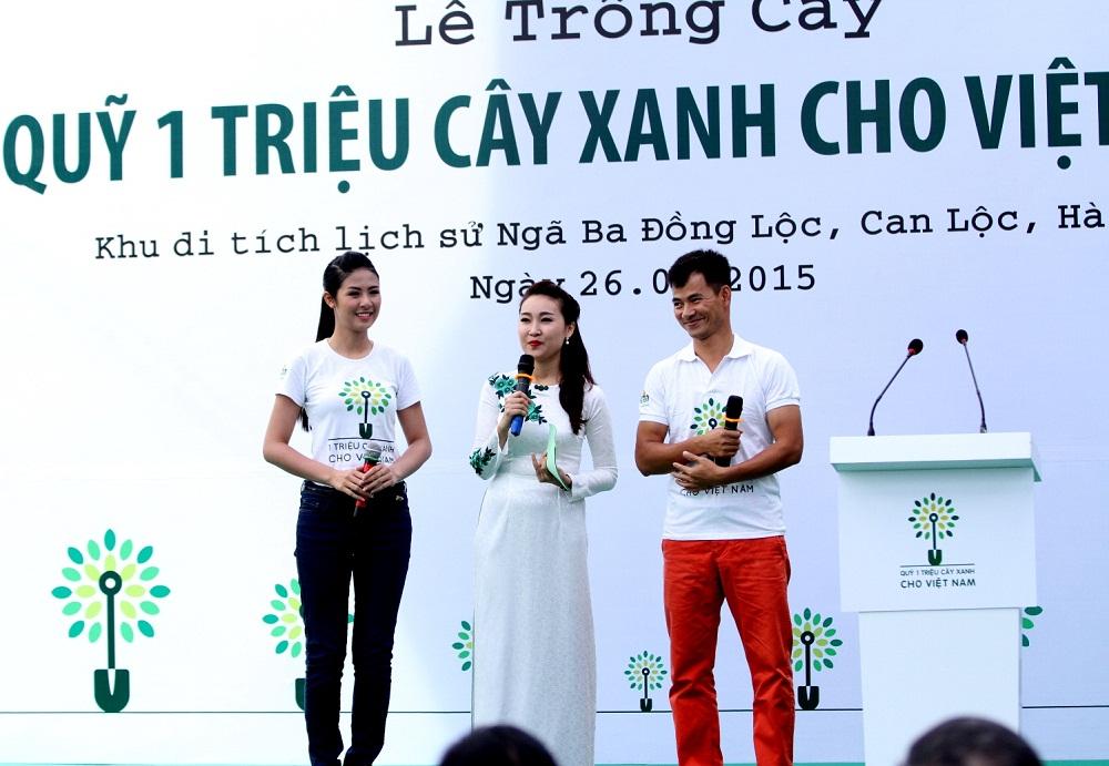 Hoa hậu Ngọc Hân và Nghệ sĩ hài Xuân Bắc - hai đại sứ thiện chí của chương trình Quỹ 1 triệu cây xanh cho Việt Nam giao lưu cùng các đại biểu và thanh niên địa phương