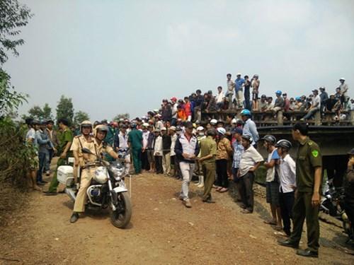 Người dân vẫn tập trung đông tại địa điểm gần hiện trường tai nạn