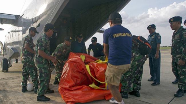 Hộp đen nằm lẫn trong đóng vụn nát của máy bay AirAsia đã được tìm thấy
