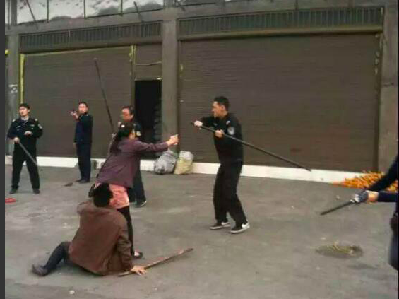 hiều người tò mò không hiểu tại sao viên thanh tra kia lại có cây gậy dài như vậy trong tay.
