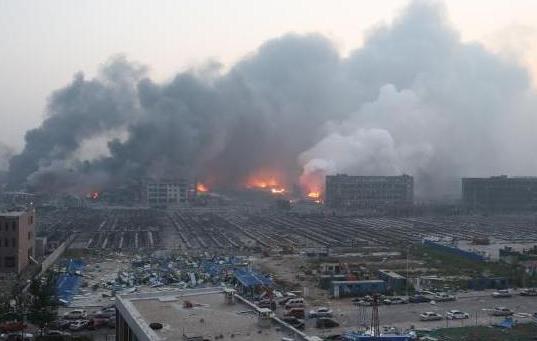 Đến 10h sáng nay, ngọn lửa vẫn bốc lên từ hiện trường vụ cháy khu công nghiệp Trung Quốc.