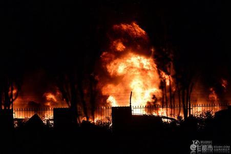 Tại hiện trường vụ cháy khu công nghiệp ở Trung Quốc, những cột lửa khổng lồ cùng khói đen ngòm bốc lên cuồn cuộn