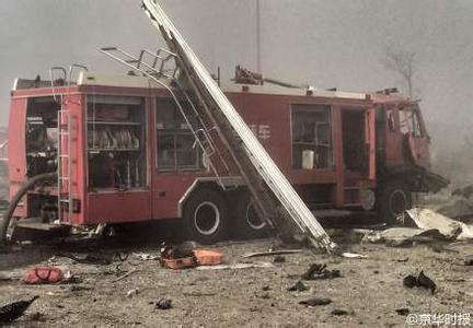 Khoảng 100 xe cứu hỏa đã được điều động tới hiện trường.
