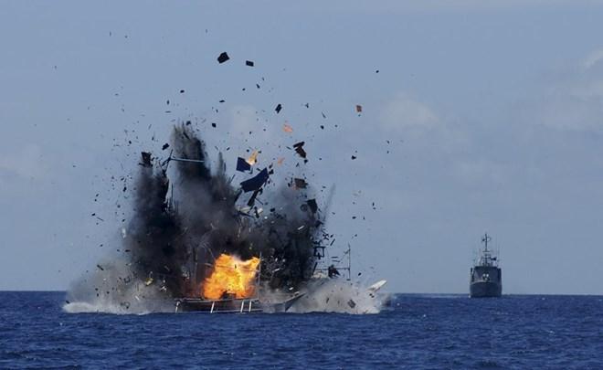 Hải quân Indonesia đánh chìm tàu cá Trung Quốc và nhiều nước khác bị bắt giữ vì