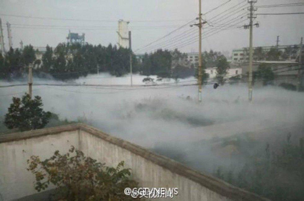 Màn sương trắng xuất hiện sau vụ rò rỉ hóa chất amoniac ở thành phố Bình Đỉnh Sơn, Hà Nam, Trung Quốc
