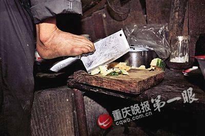 Dù không có tay, Chen vẫn khéo léo tự lo hết mọi việc, từ nấu nướng, chăm sóc mẹ già đến chuyện đồng áng