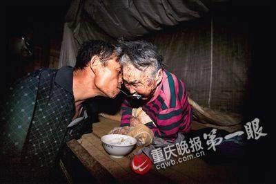 Nhiều cư dân mạng Trung Quốc đã rơi nước mắt trước cảnh người con không tay bón thức ăn cho mẹ già