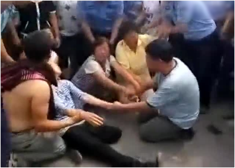 Người dân Trung Quốc đau đớn, phẫn nộ vì mất người thân sau đợt xả lũ bất ngờ