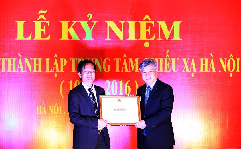 Thay mặt Bộ trưởng Bộ Khoa học và công nghệ, Thứ trưởng Trần Việt Thanh trao Bằng khen cho Trung tâm