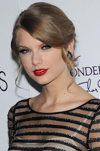 Taylor Swift là một trong những ngôi sao gắn bó với màu son đỏ. Theo cô, làn da trắng sáng và gương mặt dễ thương sẽ càng thêm rạng rỡ khi dùng màu này. Cô thường thoa kết hợp cùng son bóng, để tạo nên bờ môi mọng nước, quyến rũ.