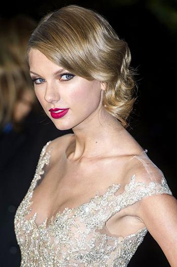 Màu vang đỏ của son môi kết hợp hoàn hảo với chiếc váy đính đá cầu kỳ. Khi tán son này, Taylor Swift dùng bút chì cùng tông tạo đường viền, sau đó mới phủ nhiều lớp, cho đến khi có được màu sắc ưng ý.
