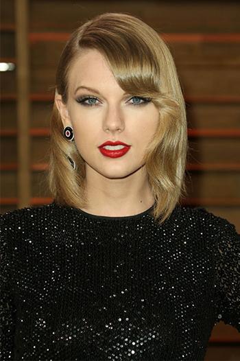 Đôi môi màu berry gợi nên phong cách cổ điển, quý phái và được Taylor Swift kết hợp cùng phấn mắt ánh tím nhạt.