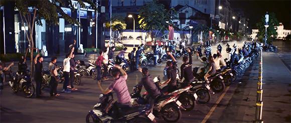 Trương Quỳnh Anh tham gia đua xe trên phố đi bộ Nguyễn Huệ
