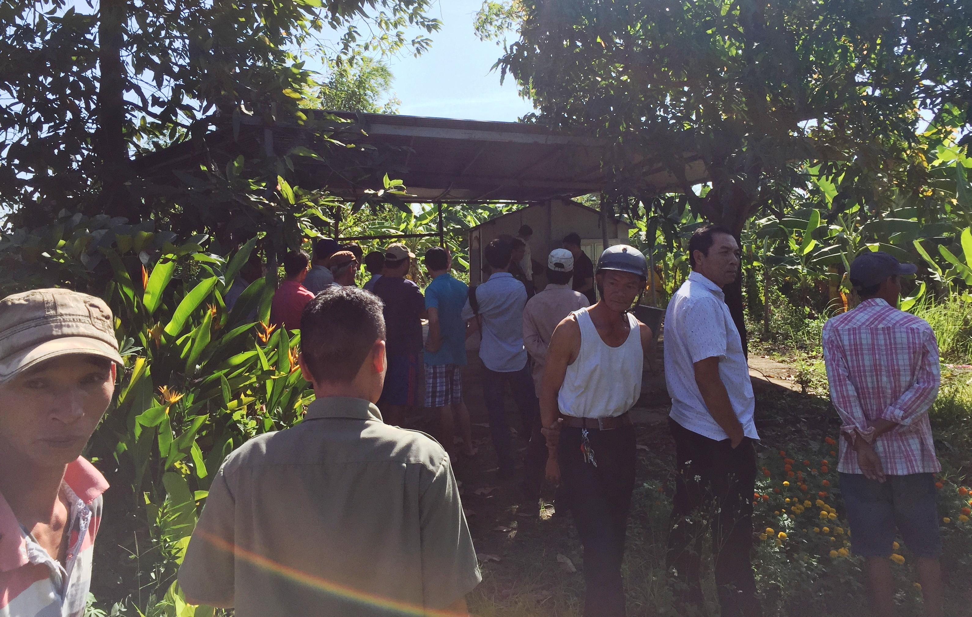 Người dân kéo tới hiện trường vụ việc