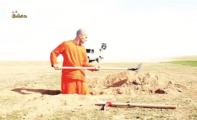 Tù nhân khủng bố IS trước khi bị hành quyết phải tự đào hố chôn mình