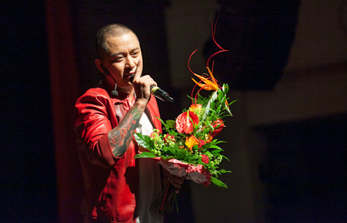 Trước đó, Tuấn Hưng liên tục biểu diễn trong liveshow trong ba tiếng tại Đức