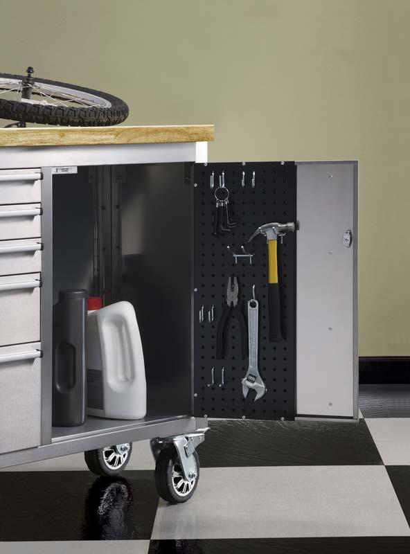 Phía trong tủ gắn móc treo, cạnh gờ sắc nhọn dễ gây sát thương cho người dùng