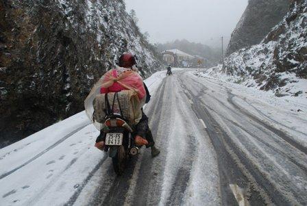 Giao thông khó khăn vì tuyết rơi dày đặc. Nguy cơ mất an toàn giao thông cao vì đường trơn trượt