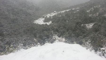 Đến khoảng 2h chiều, nhiệt độ tăng hơn buổi sáng, tuyết bắt đầu tan dần. Hiện tượng này khiến các tuyến đường, cây cối và mái nhà ở khu vực trắng xóa. Đây là đợt mưa tuyết đầu tiên ở Sapa trong mùa đông xuân 2013-1014.