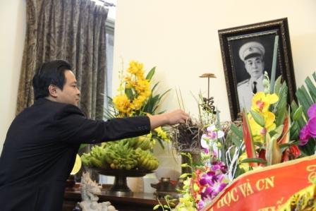 Ông Nguyễn Văn Thoan - Bí thư đoàn thanh niên Tổng cục Tiêu chuẩn Đo lường Chất lượng thắp hương kính viếng Đại tướng