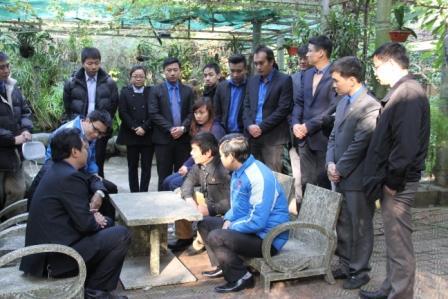 Ông Võ Điện Biên - Con trai Đại tướng Võ Nguyên Giáp trò chuyện với các bạn đoàn viên