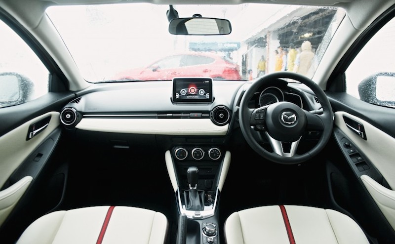 Chiếc sedan cỡ nhỏ này được trang bị các công nghệ như kết nối không dây MZD Connect, công nghệ i-ELOOP