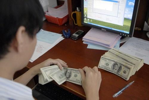 Ngân hàng Nhà nước cho rằng nếu tiếp tục ổn định tỷ giá USD sẽ có lợi hơn nhiều