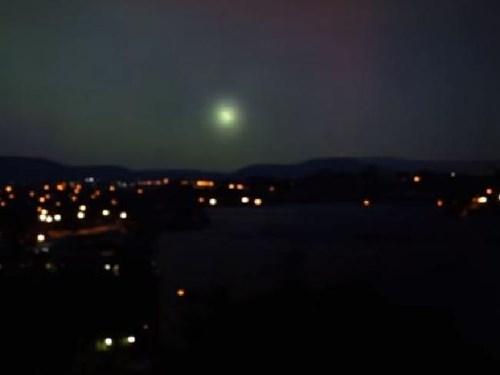 Quả cầu ánh sáng bí ẩn nghi là UFO trên bầu trời thành phố Canberra, Australia