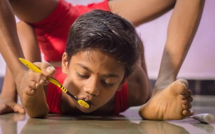 Đánh răng bằng chân là một việc đơn giản đối với Aditya Kumar Jangum. Ảnh: Daily Mail