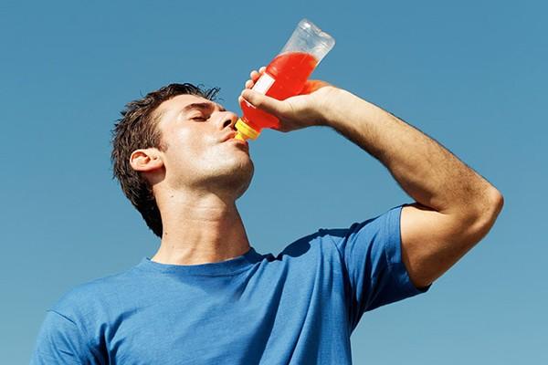 Lạm dụng nước tăng lực gây ra hàng loạt tác dụng phụ nguy hiểm cho sức khỏe người dùng, từ béo phì cho đến bệnh tim