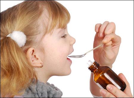 Cho trẻ uống thuốc bằng thìa là sai cách