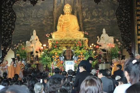 Sáng nay 17/11, hàng nghìn phật tử đến từ khắp nơi trên cả nước đã có mặt tại Thiền viện Sùng Phúc, Long Biên, Hà Nội để làm lễ dâng hương và cầu nguyện cho anh linh Đại tướng Võ Nguyên Giáp.