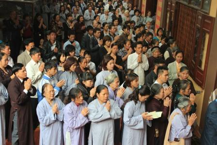 Hàng nghìn phật tử từ khắp nơi trên cả nước có mặt trong lễ dâng hương và cầu nguyện anh linh Đại tướng Võ Nguyên Giáp tại Thiền viện Trúc Lâm Sùng Phúc.