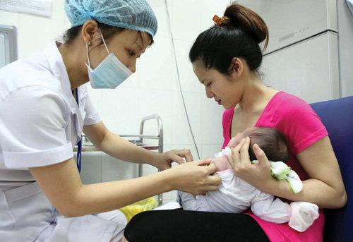 Vừa được tiêm trở lại, vắc xin 5 trong 1 Quinvaxem đã lại khiến nhiều người lo lắng