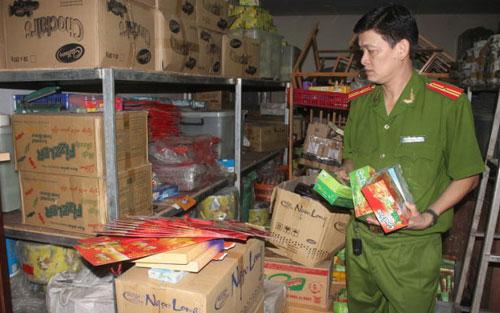 Hàng trăm thùng bánh kẹo nhái bị phát hiện tại cơ sở sản xuất bánh kẹo bằng bột ca cao phế phẩm
