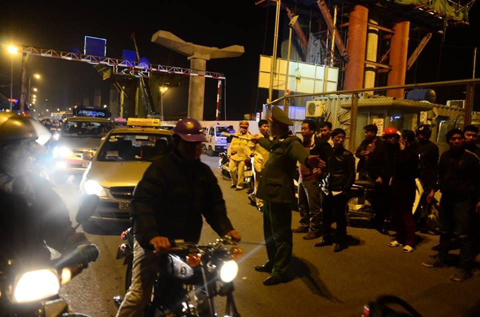 Lực lượng chức năng điều tiết giao thông tại nơi xảy ra vụ tai nạn