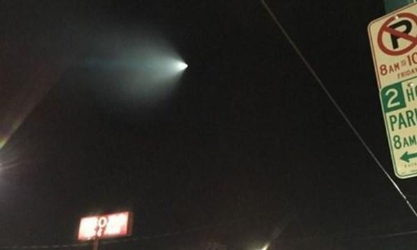 Vật thể lạ phát sáng bí ẩn mà sau đó được xác định là một tên lửa tại California. Ảnh: Twitter