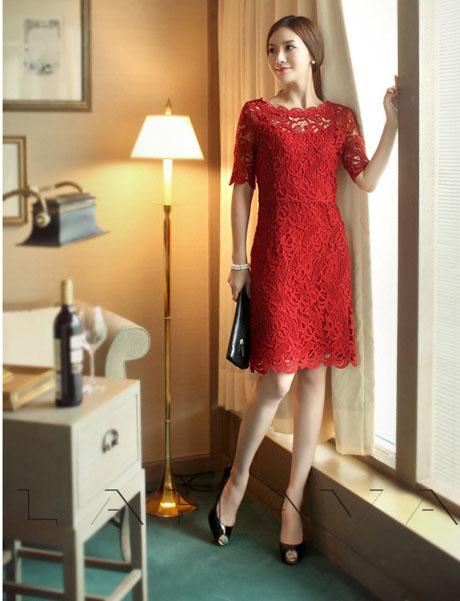 Váy ren sẽ là sự lựa chọn lí tưởng khi bạn đi dự bữa tiệc đám cưới được tổ chức tại nhà